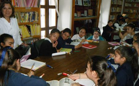 Tarde de lectura de alumnos primarios en la Biblioteca Pisarello