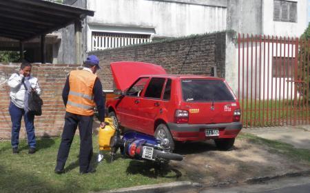 En la esquina de Mitre y Belgrano, una moto chocó con un Fiat Uno