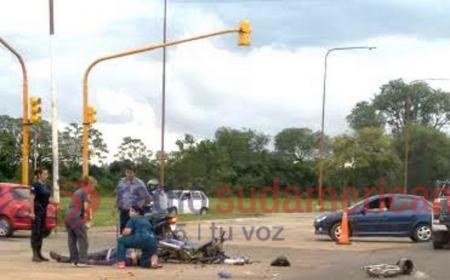 Camión atropelló a dos motos y mató a uno de los conductores