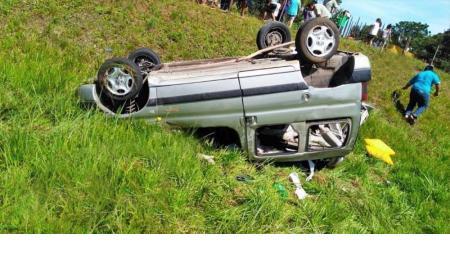 Murió una mujer en el despiste y vuelco de una camioneta